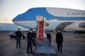 Punase vaiba paigaldamine lennuki juurde, millega Donald Trump Marylandist lahkub.