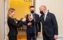 Jüri Ratas andis peaministriameti üle Kaja Kallasele. Klaasides on eestimaine alkoholivaba siider.