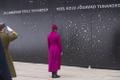 President Kersti Kaljulaid süütas vabariigi aastapäeva eel küünla kommunismiohvrite memoriaalis