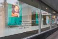Фотографии Эллен фон Унвертна витринах таллиннского Kaubamaja.