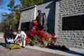 Lilled teises maailmasõjas hukkunute mälestusmärgi juures