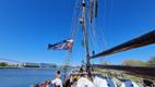 Rahvariietes saare naised ronisid laevamasti.