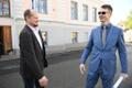 Marti Kuusik pärast õigeksmõistva kohtuotsuse teadasaamist koos EKRE liikme Anti Poolametsaga
