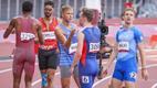 Tokyo olümpiafinaalis Eesti rekordi püstitanud Rasmus Mägi õnnitleb võimsa maailmarekordi jooksnud Karsten Warholmi