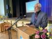 Wiedemanni keeleauhinna laureaat Jüri Viikberg istutas omanimelise puu keeletammikusse.