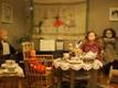 Pätsu-aegset perekonda kujutav nukukomplekt.