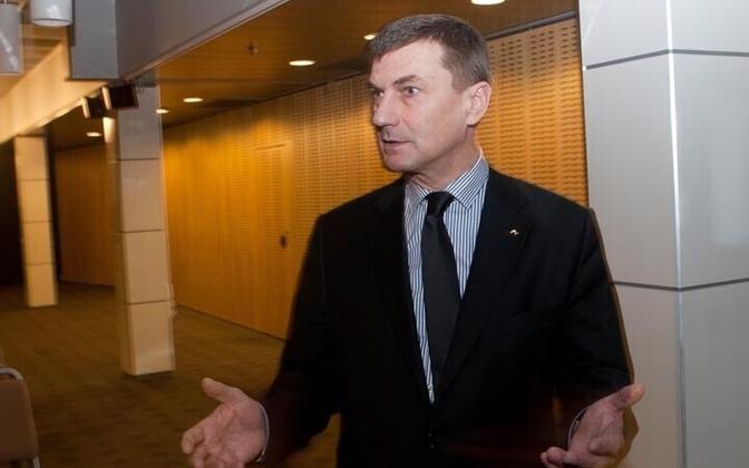 По словам премьер-министра Эстонии Андруса Ансипа повысить зарплату всем учителям можно будет не раньше 2013 года