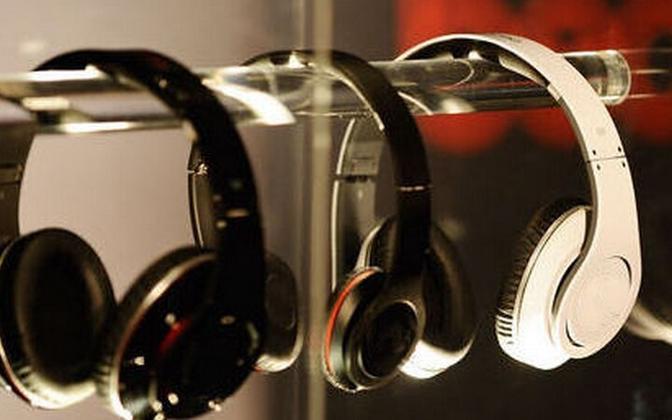 Uuenduslikud kõrvaklapid on võimelised ka telefoni laadima