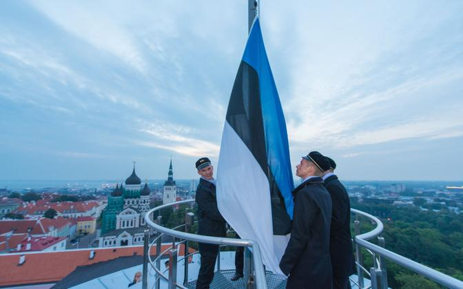 The Estonian flag being raised at Tall Hermann tower at Toompea.