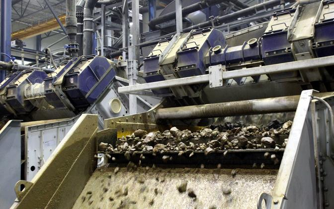 Oil shale being processed by VKG.