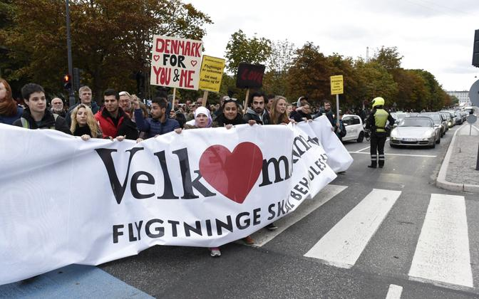 Inimesed 6. oktoobril Kopenhaagenis parlamendihoone juures karmistuva pagulaspoliitika vastu meelt avaldamas; loosungil on kiri