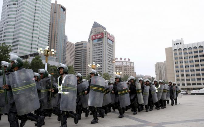Sõjaväestatud politseinikud Urumqis; pilt on illustreeriva tähendusega