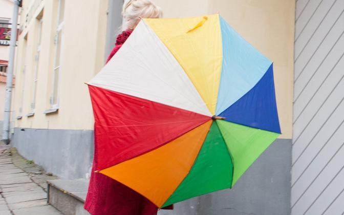 Vikerkaarevärvides vihmavari.