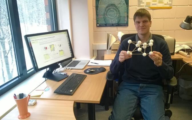 Tauno Metsalu hoiab Tartu ülikooli bioinformaatika ja andmekaeve laboris käes mudelit, mis näitlikustab peakomponentide analüüsi.