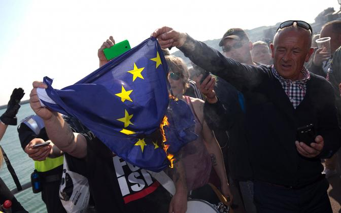 Briti paremäärmuslased põletasid EL-i lippu