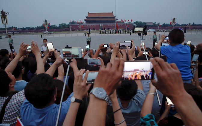 Inimesed täna Taevase Rahu väljakul lipuheiskamistseremooniat filmimas ja pildistamas.