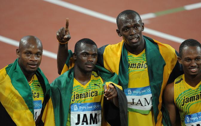 Asafa Powell (vasakult), Nesta Carter, Usain Bolt ja Michael Frater pärast Pekingi olümpial 4x100 m teatejooksu võitu.