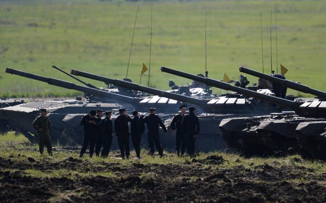 Vene sõdurid ja tankid T-72B3.