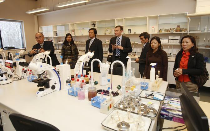 Tartu ülikooli külastavad Vietnami meditsiiniõppejõud. Pildil TÜ füsioloogilise genoomika professor Sulev Kõks (keskel) tutvustab vietnamlastele Biomedicumi.