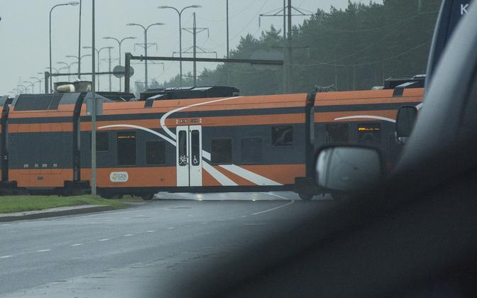 Elron train driving through level crossing.