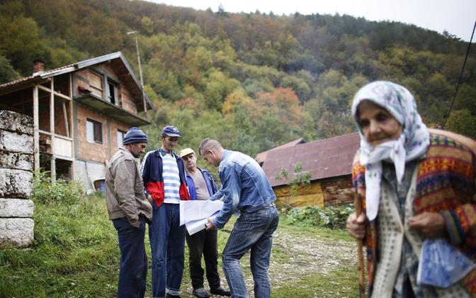 Bosnialastest külaelanikud ja rahvaloendaja.