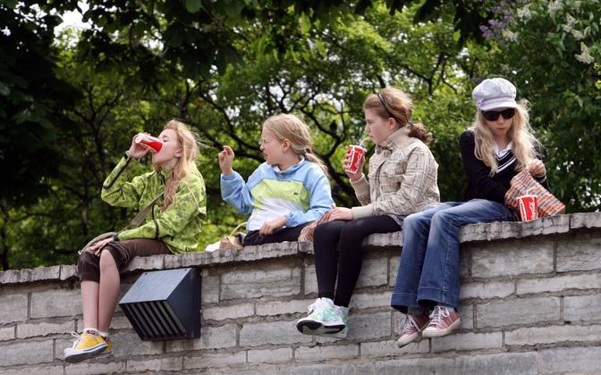 Tüdrukud joovad suhkruga magustatud jooke pisut vähem kui poisid.