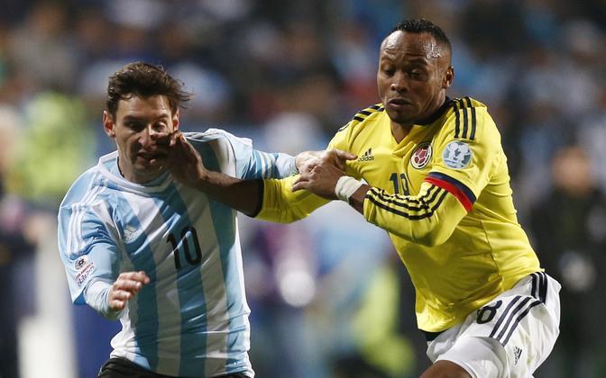 Juan Zuniga (paremal) võitluses Lionel Messi vastu