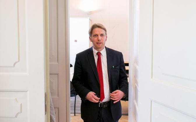 MP Jaanus Karilaid (Centre).