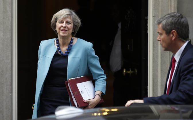 Briti peaminister Theresa May Downing Street 10 uksel.