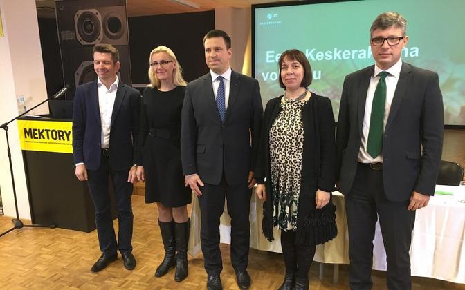 Кандидаты на министерские посты от центристов в новом правительстве (слева направо): Мартин Репински, Кадри Симсон, Юри Ратас, Майлис Репс и Михаил Корб.