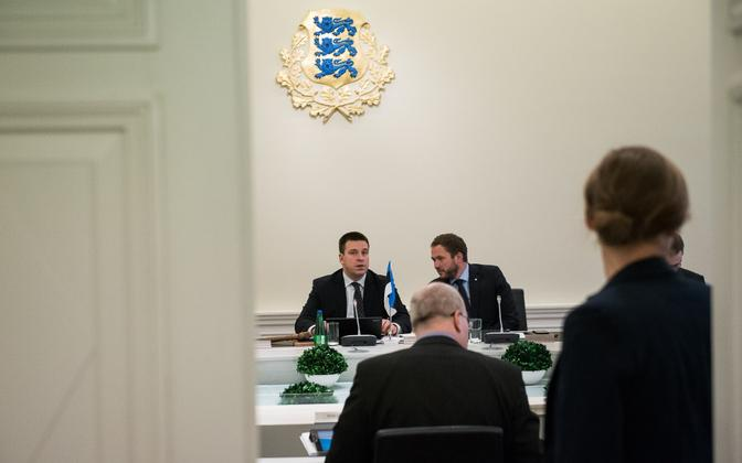 Prime Minister Jüri Ratas (center) led the first meeting of Estonia's 49th cabinet on Thursday. Nov. 24, 2016.