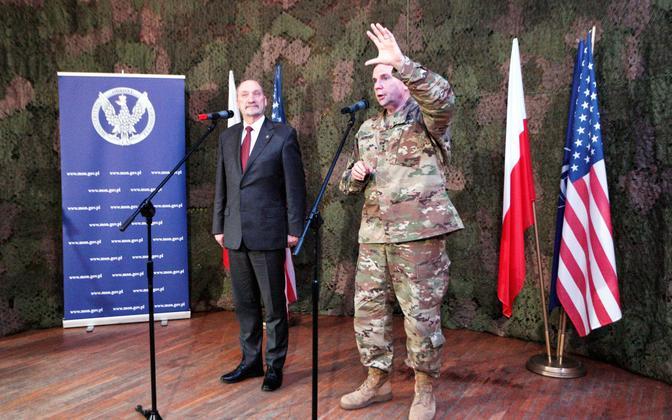 Poola kaitseminister Antoni Macierewicz ja USA maavägede komandör Euroopas kindralleitnant Ben Hodges pärast kõnelusi Zaganis Lääne-Poolas.