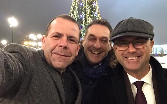 FPÖ poliitikud 2016. aasta detsembris Moskvas selfiet tegemas - Strache keskel ja presidendikandidaat Norbert Hofer paremal.