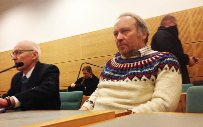 Teuvo Hakkarainen (paremal) kohtus vaenuõhutamist puudutava protsessi ajal.