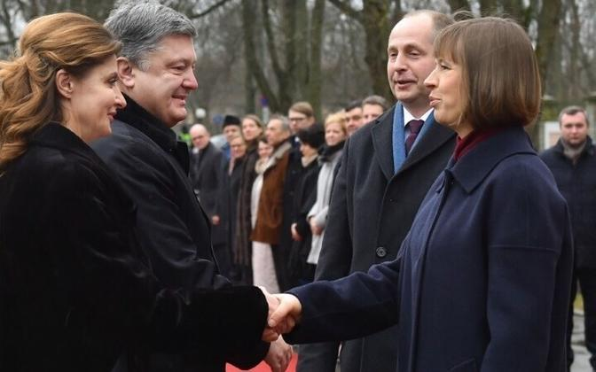 Президент Украины Петр Порошенко с супругой Мариной Порошенко приветствует главу эстонского государства Керсти Кальюлайд и ее супруга  Георги-Рене Максимовского.