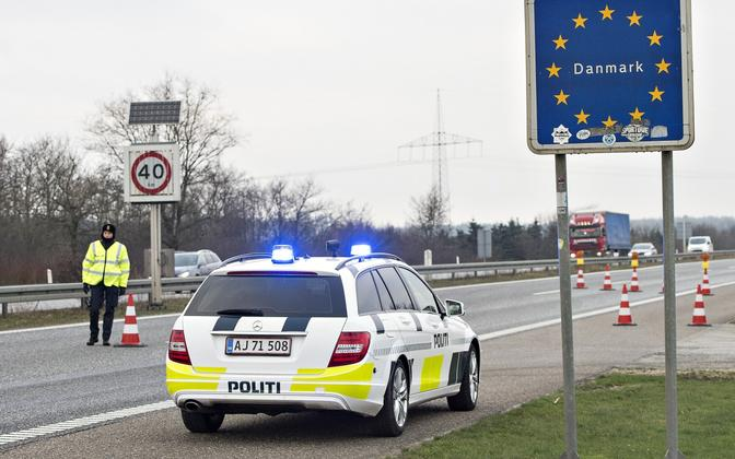 Taani politseinikud Padborgis Saksamaa piiril.