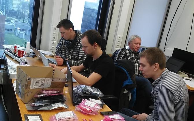ESTCube-2 avab jõulupakke. Vasakult paremale: Karl Kruuse, Johan Kütt, Viljo Allik (taga), Erik Ilbis