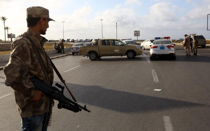 Valiutsusele lojaalne võitleja kontrollpunktis Tripolis.