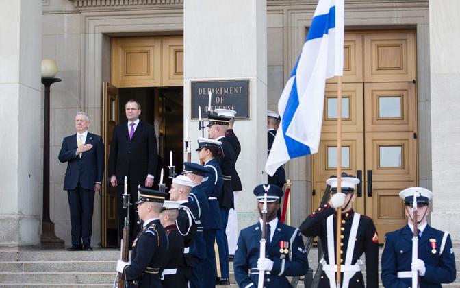 Kaitseministrid Mattis ja Niinistö USA kaitseministeeriumi ees.