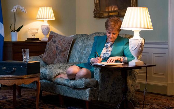 Šoti valitsuse ametlik foto Nicola Sturgeonist iseseisvusreferendumi kirja kirjutamas.