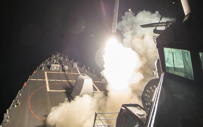 USA raketikandja USS Ross tulistab välja tiibraketi Tomahawk.