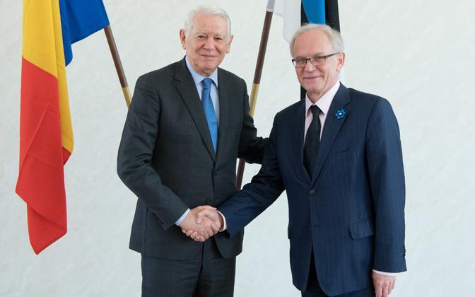 Romanian Minister of Foreign Affairs Teodor Meleșcanu (left) and President of the Riigikogu Eiki Nestor (right) in Tallinn on Tuesday. April 11, 2017.