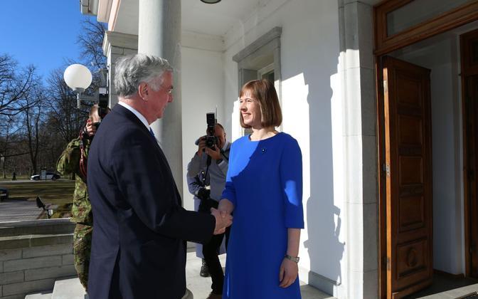 President Kersti Kaljulaid meeting British defense secretary Sir Michael Fallon (left), Apr. 20, 2017.