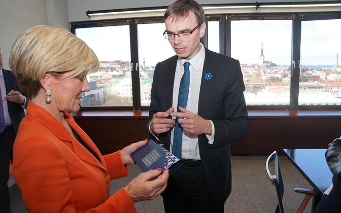 Australian Minister of Foreign Affairs Julie Bishop was presented with an Estonian e-residency card by Minister of Foreign Affairs Sven Mikser. April 26, 2017.