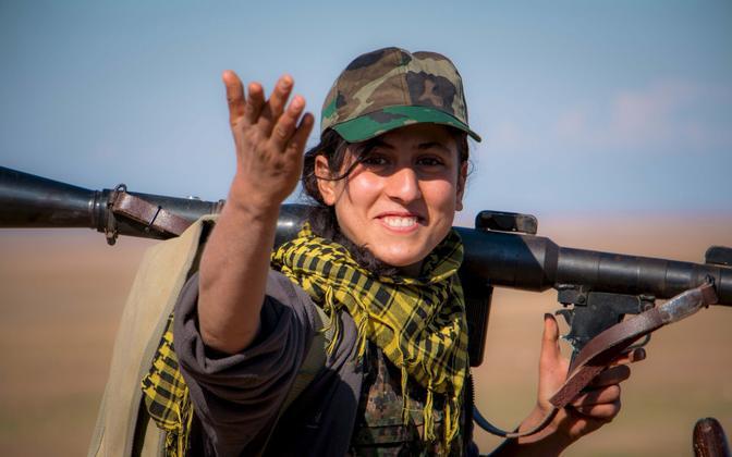 YPG naisvõitleja.