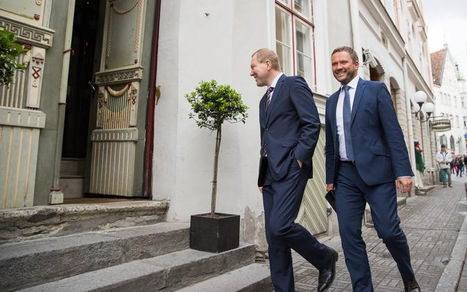 Marko Mihkelson (left) and Margus Tsahkna (right) entering the restaurant where they announced their decision to leave IRL to the press. June 26, 2017.