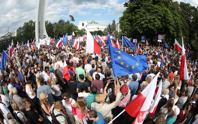 Kohtureformi vastased meeleavaldajad 16. juulil Varssavis.