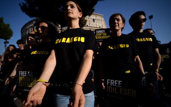 Amnesty aktivistid protestisid juulis organisatsiooni liikmete vahistamise vastu Türgis.