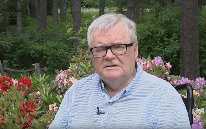 Edgar Savisaar rododendronite õitsemise aegu oma videos valimisliidust teatamas.