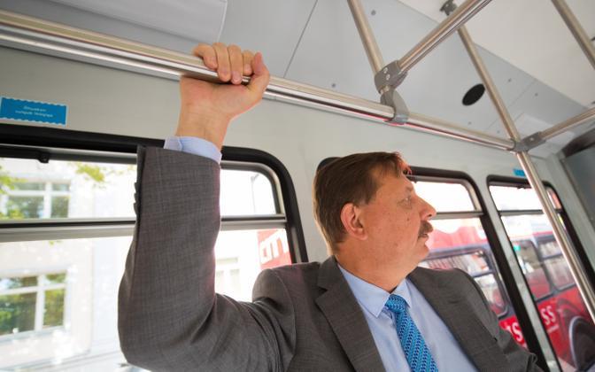 Taavi Aas tasuta ühistranspordi rõõme nautimas.